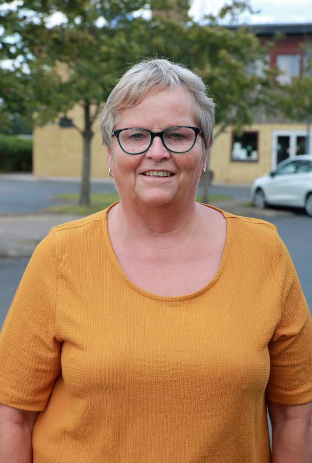 Knabstrup Hallens bestyrelse kvinde i orange bluse