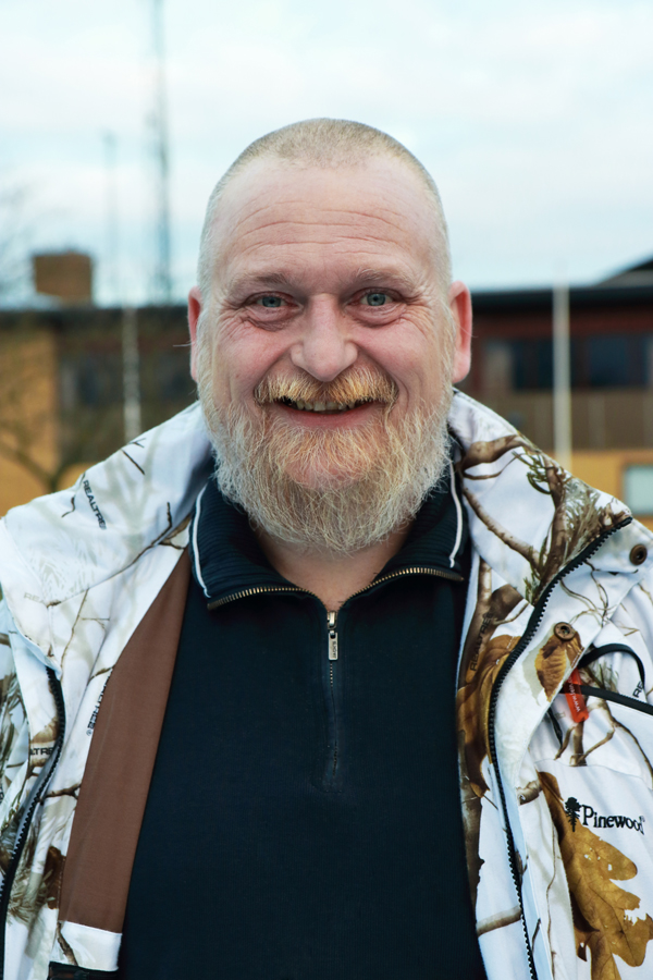 Martin Kramer, glad mand med skæg i sort bluse og hvid jakke, Knabstrup Hallens bestyrelse