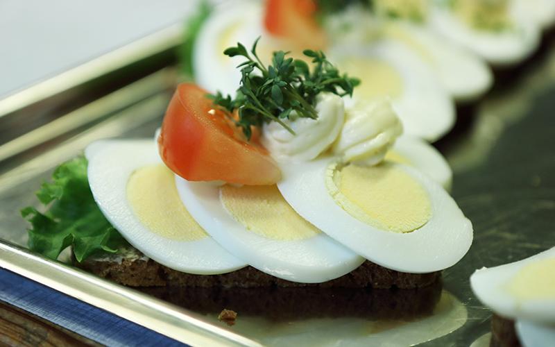 Knabstrup Hallens smørrebrødsmadder fra caféen, roastbeef med grøn salat, æg, mayonaise, tomat og karse