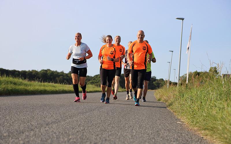 mennesker der løber på vej fra Knabstrup Hallen