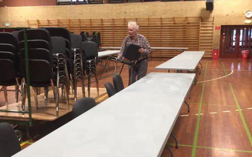 mand der samler stole sammen i Knabstrup Hallen