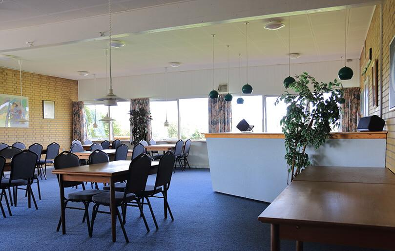Udlejning af selskabslokaler ved Knabstrup Hallen med bar, blomster, blåt gulv