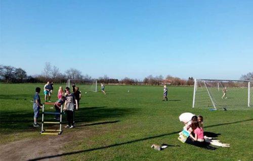 Mini KUK børn der spiller på græsplæne, Knabstrup ungdomsklub