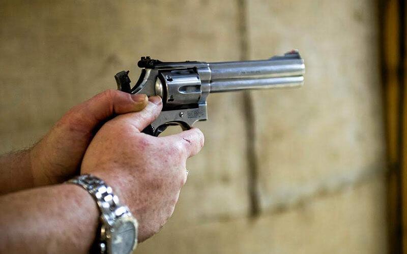 hånd der holder pistol og skyder i Knabstrup Hallen
