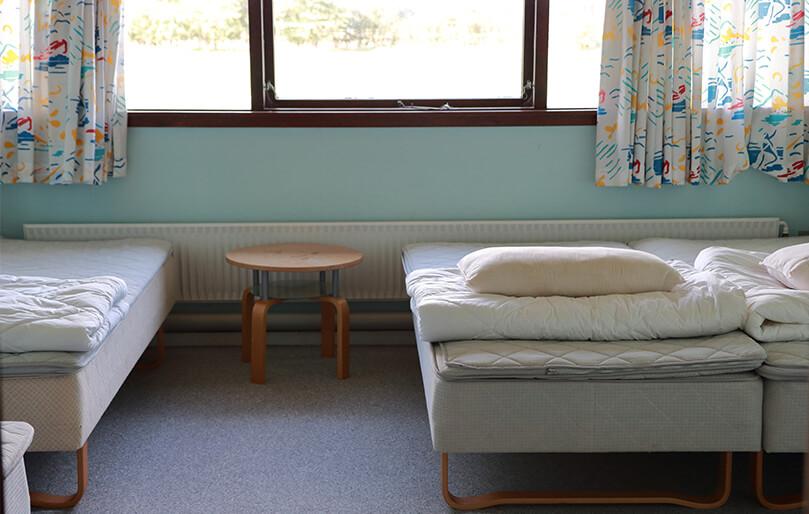 Udlejning af værelse ved Knabstrup Hallen overnatning med seng og bord