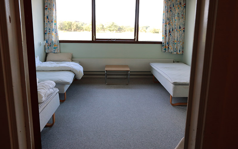 Udlejning af værelse med senge, gardiner og bord